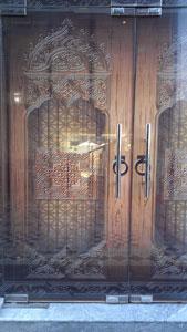 Входная стеклянная дверь оклеена пленкой под витраж
